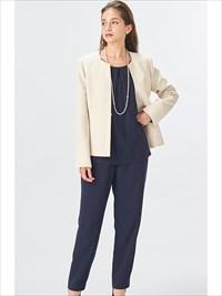 肌触りのよい生地とロング丈のジャケットがうれしいパンツスーツ。キャリアにもセレモニーにも。